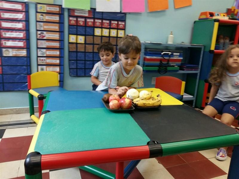 Saboreando as frutas e fazendo contas na Educação Infantil